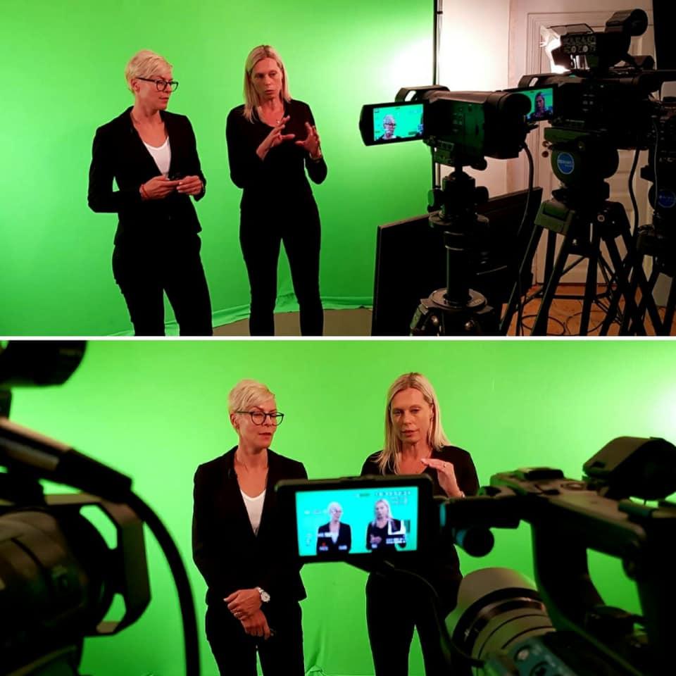 Annika och Lena står framför en greenscreen och man ser även deras ansikten i kameran som filmar.