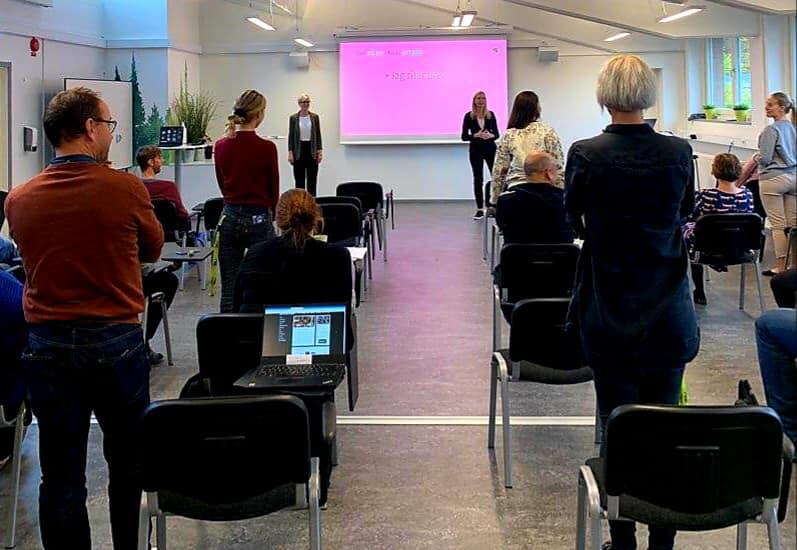 Föeläsningsbilder på Lena och Annika med publik bakifrån.