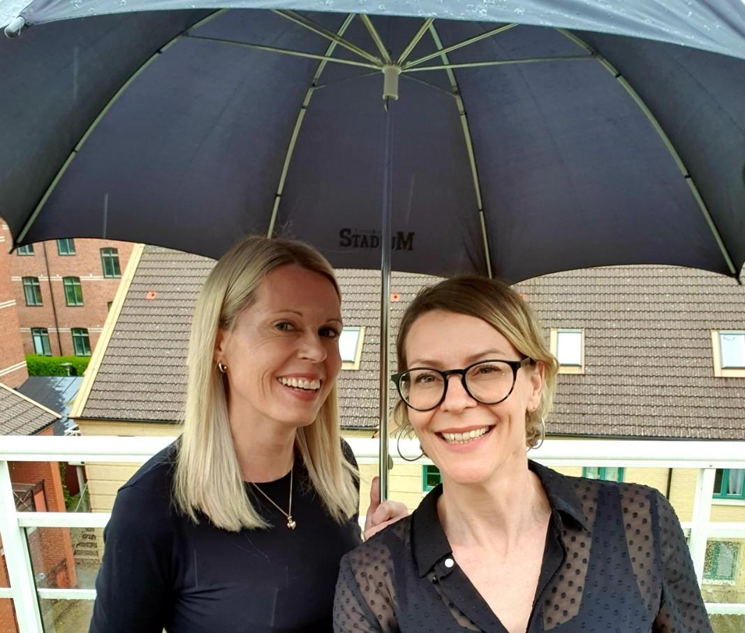 Lena och Annika under ett paraply